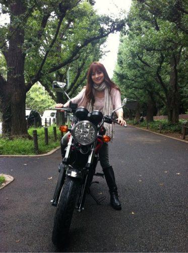 バイクにまたがっている英玲奈